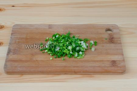 Зелёный лук мелко режем.