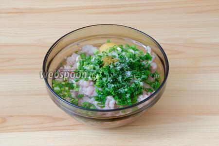 Добавляем зелёный лук в фарш. Туда же добавляем яйцо, соль и специи. Я использую хмели-сунели, можно немного добавить чёрного перца. Добавляем воду.