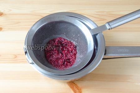 Как только отвар закипит, процеживаю его через мелкоячеистое сито, можно использовать ещё и марлю, чтобы в кисель не попали мелкие семечки.