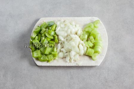 Режем репчатый лук, зелёный перец и сельдерей. Калибр — кто как любит, но объём этих компонентов должен быть приблизительно равный.