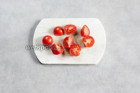 Промежду делом режем помидорки черри, если они используются.