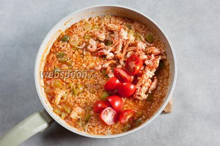 Когда джамбалайя, в принципе, готова, добавляем варёных раков и помидоры, солим и перчим смесью перцев по вкусу.