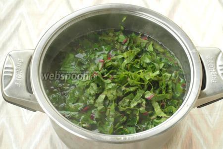 Когда картофель будет готов, добавить в суп ботву и щавель.