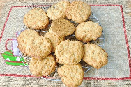 Готовое печенье остудить на решётке. Получается 12 крупных печений.