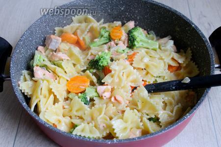 И добавляем пасту, всё перемешиваем, блюдо готово. Можно подавать к столу. Приятного аппетита.