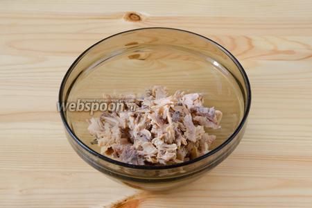 С консервированной горбуши сливаем сок и разбираем рыбу на кусочки.
