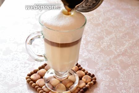 Кофе, после фильтрования, перед тем как вливать его в молоко, я опять нагреваю почти до кипения. Поскольку у меня оно в процессе фильтрации довольно сильно остывает. А разница температур молока и кофе — тоже залог получения слоёв. Кофе должен быть горячее молока. Вливаем аккуратно, тонкой струйкой, кофе в молоко. Кофе сразу же занимает своё место между молоком и пеной.