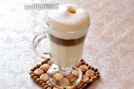 Проходя через пенную шапку, кофе оставляет на пенке вот такое вот пятно, которое и дало название этому напитку.