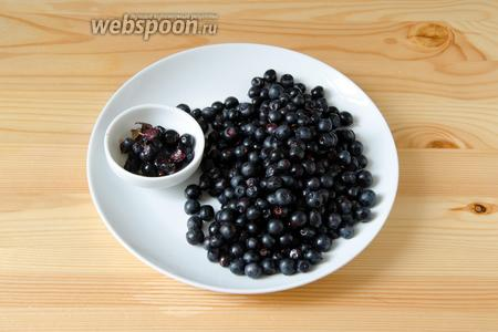 Чернику перебираем, удаляем сор и мятые, порченые ягодки.