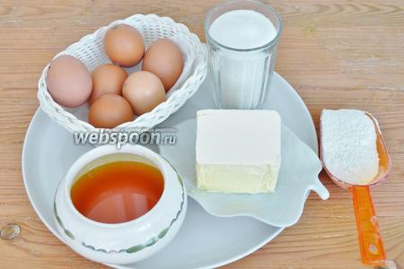 Для медового теста приготовим яйца, мёд, соль, сахар, муку и соду.