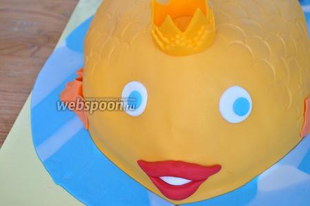 Приклеить улыбочку на влажную поверхность. Вырезать кружочки-глазки и приклеить корону.