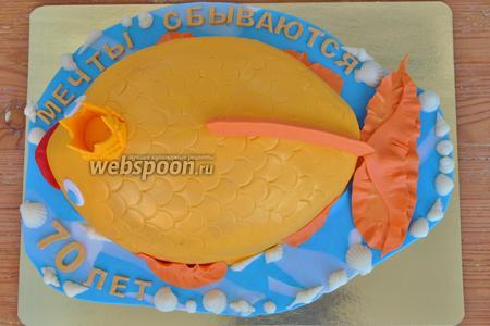 Делаем плавники из оранжевой мастики и клеим к рыбе.