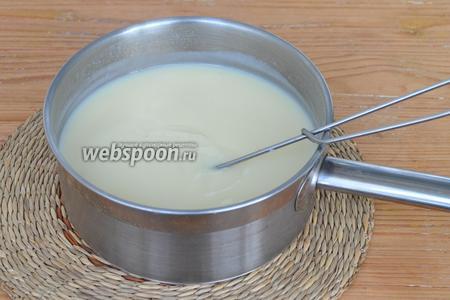 Желтки, сахар, молоко и ванилин поместить в сотейник и нагревать, не переставая мешать. Влить крахмал и нагревать до загустения. Снять с огня. Остудить до комнатной температуры.
