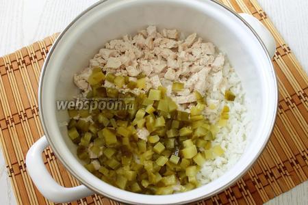 Мелко нарезаем маринованный огурец, добавляем к рису лук и огурец.