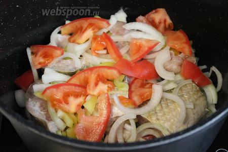 Сверху уложить оставшиеся овощи.