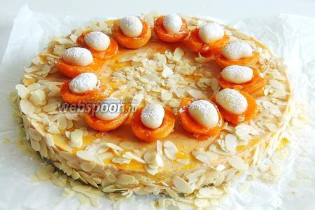Украшаем торт абрикосами и посыпаем ещё сверху миндалём. Марципан, сверху, припудрим сахарной пудрой. Наслаждаемся!