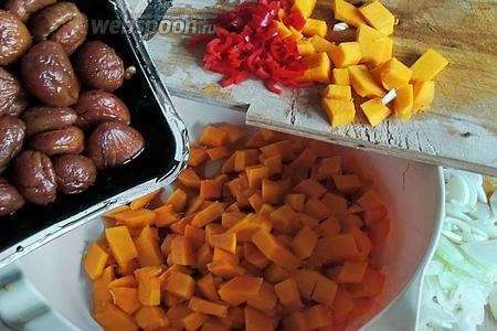 Очистим от кожуры тыкву, нарежем на кубики по 1.5-2 см. Перец обязательно очистим от семян, режем мелко, лук режем на тонкие полукольца. Все овощи с солью, а также каштанами с соусом перемешиваем.