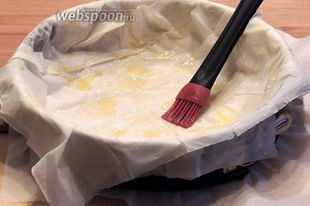 Используем разъёмную форму, выстилаем дно бумагой, стенки смазываем сливочным маслом. Листы от половины теста (120 г) смазываем, каждый, растопленным сливочным маслом, выкладываем один на другой крестом на крест так, как на фотографии.