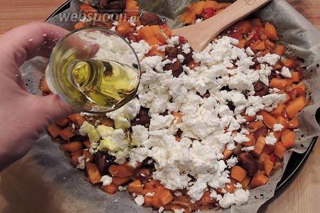 В поостывшие печёные овощи крошим Фету, доливаем масло, перемешаем.