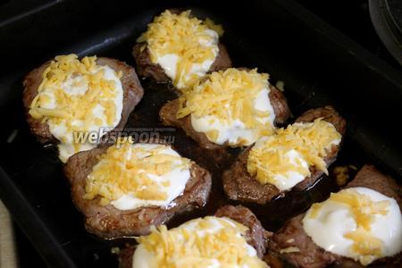 Добавить 1 ложку натёртого сыра и поставить запекаться в нагретую до максимума духовку, до зарумянивания.