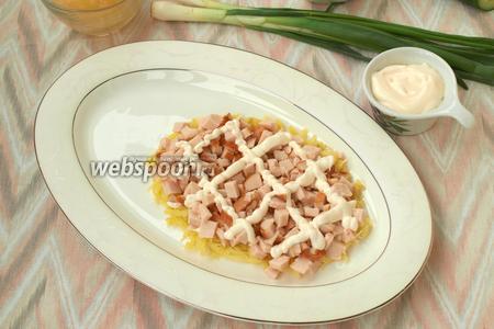 Нарезать кубиками копчёную курицу и выложить сверху картофель. 1/2 курицы оставить для ещё 1 слоя. Смазать курицу майонезом.