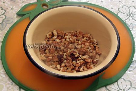 В это время приготовим орехи, разломав на небольшие кусочки, чтобы чувствовались в варенье, но при этом не были слишком крупными.