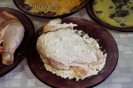 Обвалять цыпленка сначала в муке, обмакнуть в яйцо и затем обвалять в сухарях.
