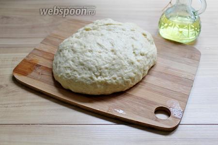 Обминаем хорошо тесто, но муку уже не используем, а смазываем руки растительным маслом.
