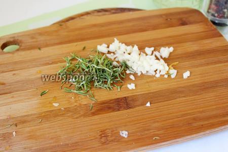 Чеснок и розмарин нарезать мелко.