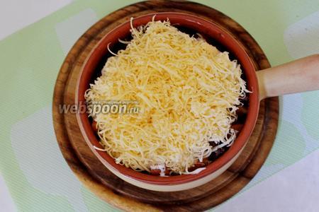 Сверху присыпать тёртым сыром и выпекать при 200°С минут 15-20.