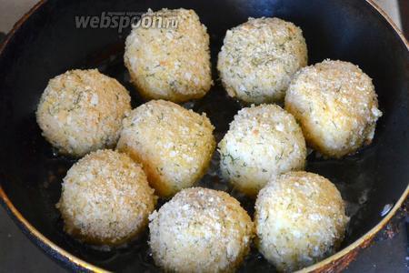 Жарим аранчини в сковороде с растительным маслом. Нужно переворачивать их и жарить со всех сторон. Корочка на них образуется очень быстро, поэтому от плиты лучше не отходить.