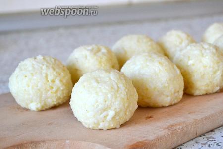 Собираем края и катаем шарик. Его диаметр — в пределах 6-8 см. Так поступаем со всей рисовой массой и сыром.