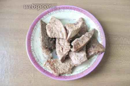 Тушёную свиную печень выкладываем на тарелку.