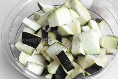Баклажан я снaчала порезала и засыпала солью. А пока мы будем готовить другие овощи.