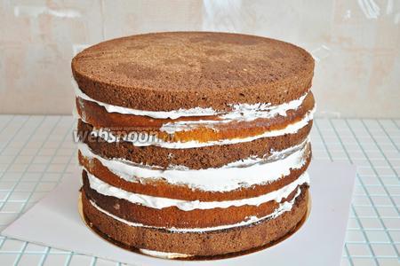 Берём готовую заготовку торта и выравниваем все неровности.