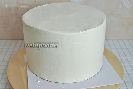 Выравнивать можно бесконечно, но главное, — вовремя остановиться. Поместим торт в холод и подумаем, как будем оформлять дальше.