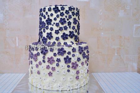 У меня были готовы цветы для этого торта. Ярусов будет 2. Соберём торт и украсим цветами из сахарной мастики. Всё будет держаться прекрасно и мастика будет вести себя очень хорошо.
