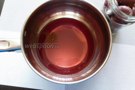 Сливаем воду в кастрюлю, добавляем сахар и корицу.  Так мы видим, сколько у нас жидкости, на 1 стакан берём 4 столовых ложки сахара. Ставим на огонь, чтобы приготовить сироп, то есть доведём до кипения.