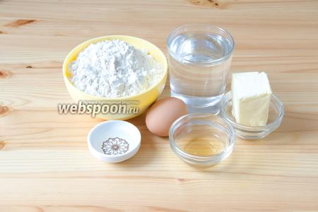Для слоёного теста нам понадобится мука, вода, растительное масло, уксус яблочный, сливочное масло, а также яйцо и щепотка соли.