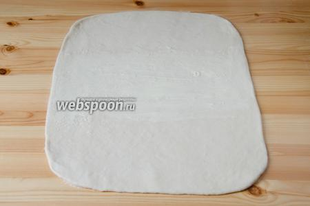 Масло делим на 6 частей. Раскатываем тесто в прямоугольный пласт. Условно делим тесто на 3 части. Среднюю 1/3 пласта смазываем 1 частью мягкого сливочного масла.