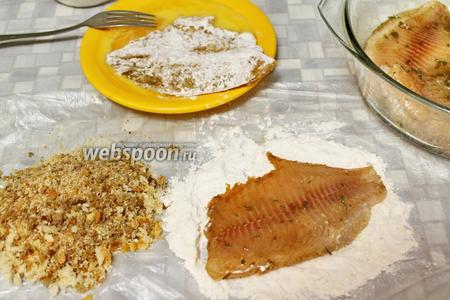 Рыбу вынуть из маринада, запанировать сначала в муке, потом в яйце и обвалять в сухарях.