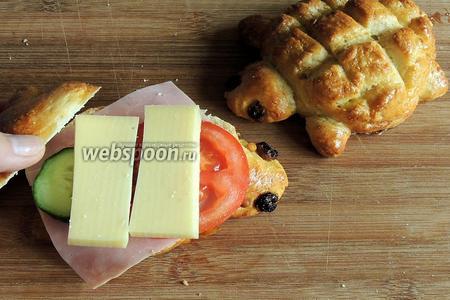 Накладываем на булочку с маслом, в любом порядке мясо, овощи и сыр. Накрываем второй половинкой булочки.