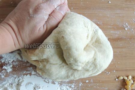 Вымесим однородное гладкое мягкое тесто, не прилипающее к рукам. Если покажется тесто туговатым, добавляем до 30 мл молока и вымесим до мягкости.