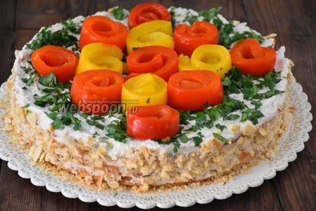 Измельчить крекер и нанести крошку на бока торта. Сверху посыпать мелко нарезанной петрушкой и украсить розочками из сладкого перца. Охладить 3-4 часа в холодильнике.