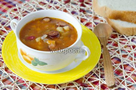 Суп с охотничьими колбасками и фасолью