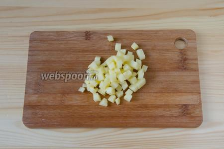 Картофель режем кубиками, немного крупнее моркови.