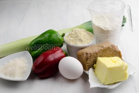 Чтобы приготовить галету с мясом и овощами, нужно взять для теста муку пшеничную и кукурузную, масло сливочное, соль, сахар, ледяную воду; для начинки отварную говядину, перец сладкий, сливочное масло, соль, перец; желток 1 яйца для смазки галеты.