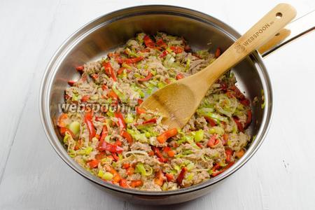 Добавить подготовленное мясо и сливочное масло (для сочности рекомендую добавить 1 ст. л. бульона, в котором варилось мясо. Подержать на огне, помешивая, в течение 3-5 минут. Начинка должна быть не очень мокрой, но сочной. Выложить начинку в тарелку. Остудить.