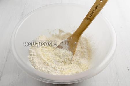 Приготовить тесто. Муку пшеничную и кукурузную просеять. Добавить сахар и соль. Перемешать.