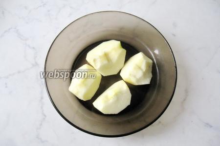 Яблоки помыть, почистить и удалить семенную коробочку.